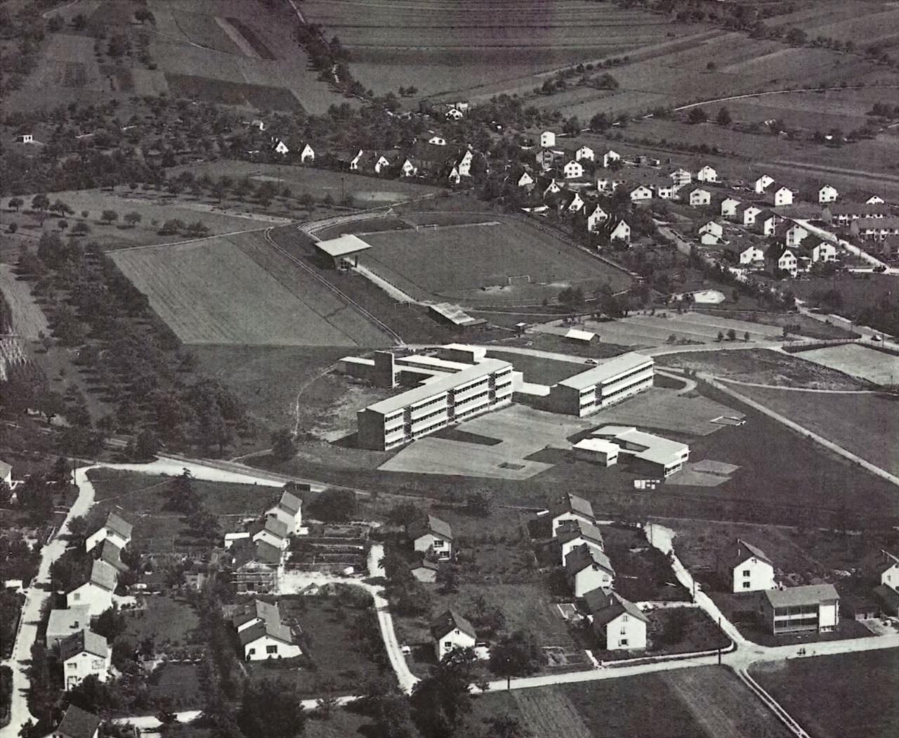 Das Hohenberg-Gelände mit Hohenbergstadion im Hintergrund und der Hohenbergschule im Vordergrund in den 60er Jahren