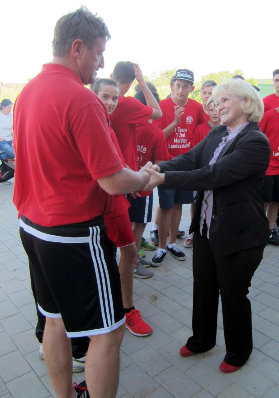 Staffellleiterin Erika Köppel gratuliert Cheftrainer Didi Weber