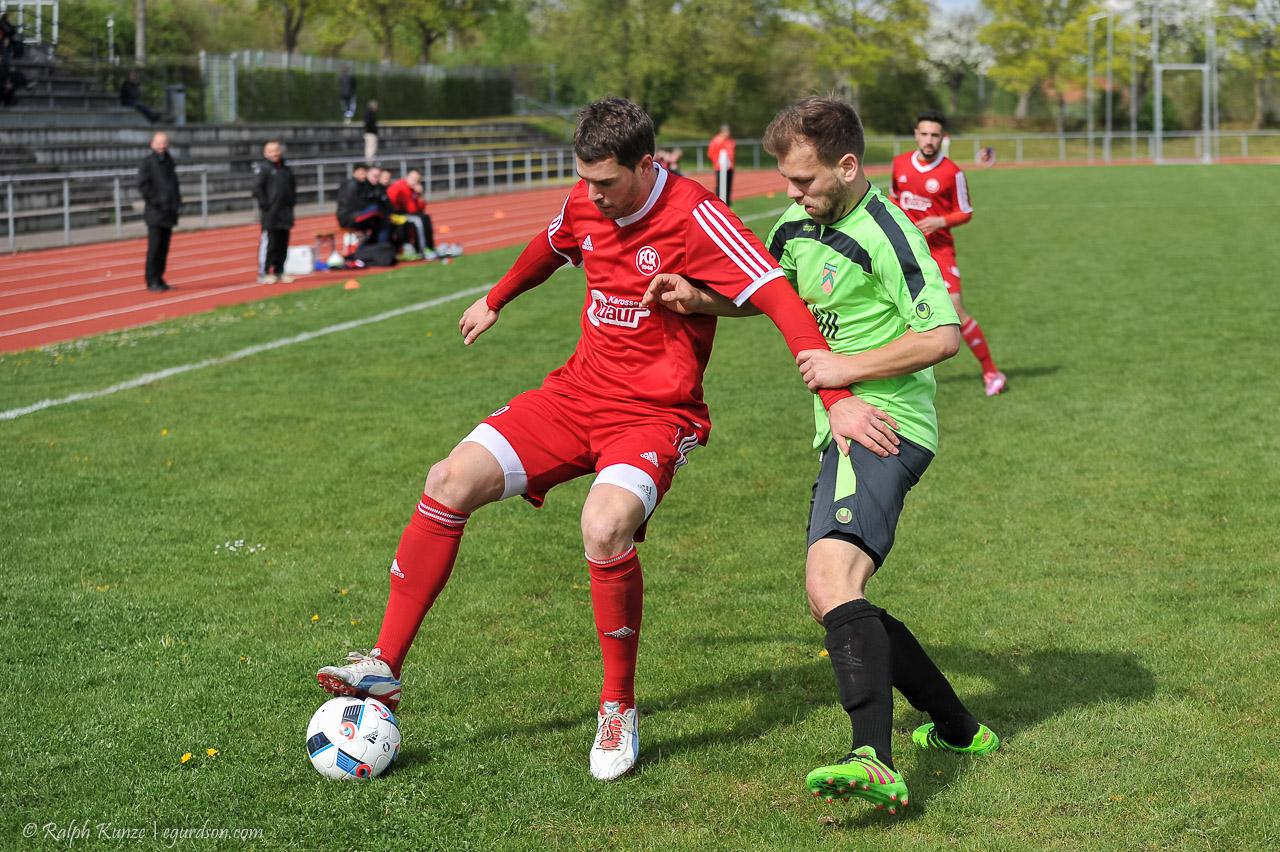 Moritz Glasbrenner schirmt perfekt seinen Gegner und behauptet hier vorbildlich den Ball
